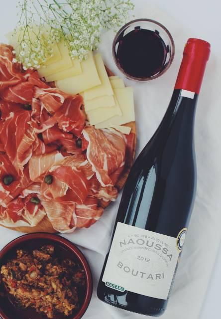 plateau de fromage avec du vin
